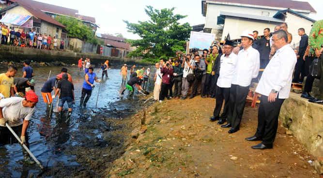 Presiden Joko Widodo meninjau proses pengerukan atau normalisasi Sungai Wai Hatukau yang menggunakan anggaran dana desa dengan sistem Padat Karya Tunai (PKT) di Desa Batu Merah, Kecamatan Sirimau, Kota Ambon, Rabu (14/2).