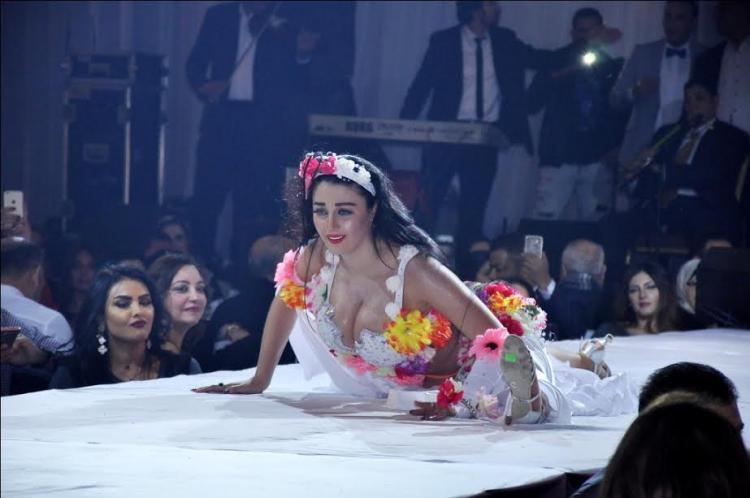 بالصور : الراقصة صافيناز تثير الجدل بحركات غريبة فى حفلها الاخير.. ماذا فعلت؟