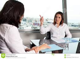 mulher sendo demitida