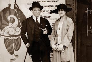 Pablo Ruiz Picasso y Olga Khokhlova a las puertas del Alhambra Theatre, donde se representaba The Three Cornered Hat