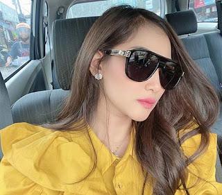 Dahlia Wahyuni Pakai Kacamata