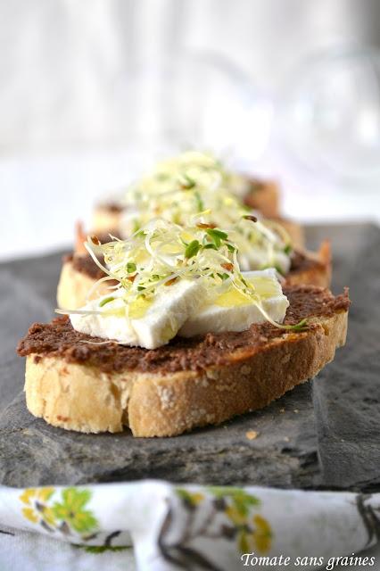 Tartines de chèvre frais à la pâte d'olive et aux graines germées