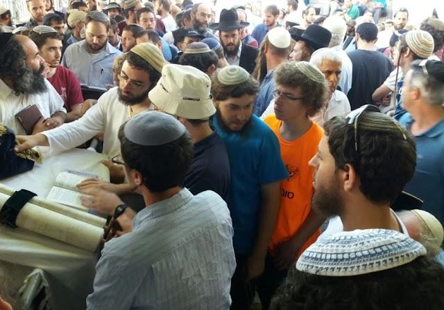 Milhares de judeus no Muro das Lamentações