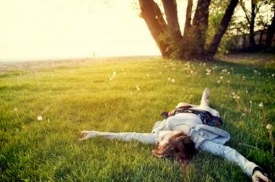 Resultado de imagen para mujer durmiendo en el cesped