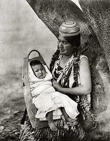 Mulher Hupa com seu filho, em foto de 1924