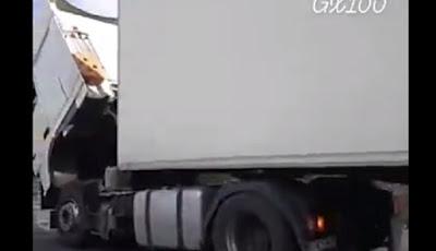 Sopir dan kernet perbaiki truknya