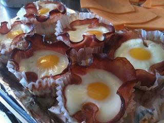бекон с яйцом в корзиночке на завтрак