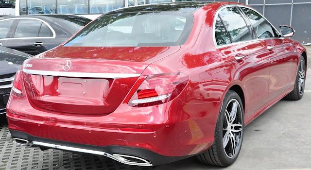 Đuôi xe Mercedes E300 AMG 2017 được thiết kế ngắn lại, góc cạnh và mềm mại so với phiên bản trước đó