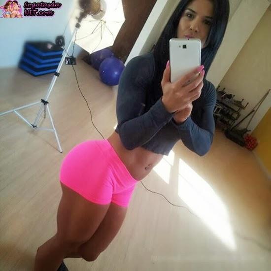 Eva Andressa  linda de shorts rosa