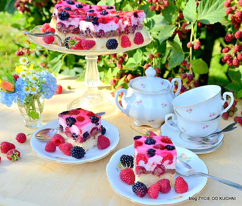 ciasto z galaretką, torcik z galaretka, ciasto z owocami, ciasto z malinami, ciasto z jezynami, pyszne ciasto, piekne ciasto, podwieczorek w ogrodzie, przyjecie w ogrodzie, letni deser, letnie ciasto, jezyny, zastawa deserowa, zastawa w kwiatki, lato, ogród, lato w ogrodzie, zycie od kuchni
