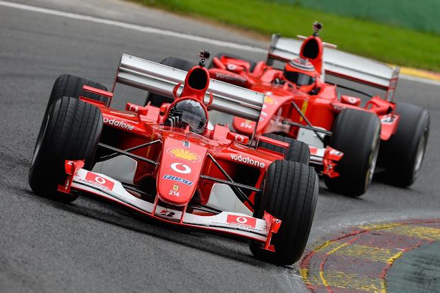 Corse Clienti F1 Programm, zwei rote F1 Autos auf der Rennstrecke