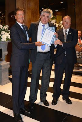 Rumoroso y Palomino recogen el Certificado de apreciación de la Federación Europea de Filatelia