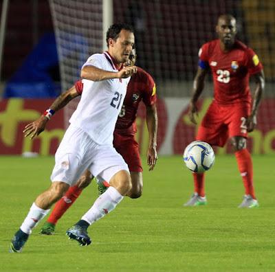 Marcos Ureña de Costa Rica controla el balón en el partido de la ronda semifinal de la eliminatoria Concacaf Rusia 2018 entre Panamá y Costa Rica
