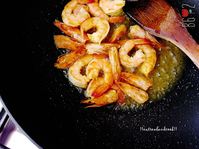 how to cook Fulkopi Chingrir Kalia / Spicy Bengali Curry with Cauliflower and Prawns recipe and preparation with step by step pictures