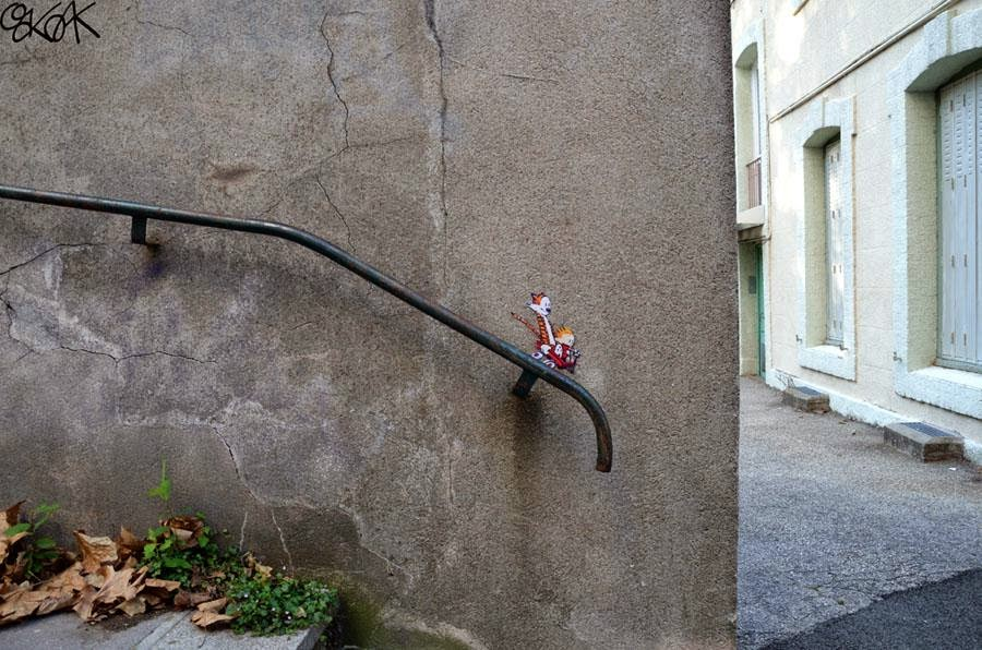 28 Pieces Of Street Art That Cleverly Interact With Their Surroundings - Calvin & Hobbes, France