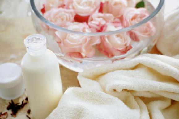 चमक बढाये दूध और गुलाब जल