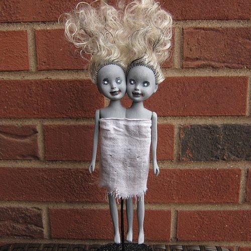 игрушки на Хэллоуин, Хэллоуин, поделки, поделки на Хэллоуин, поделки своими руками, оформление праздничное, декор на Хэллоуин, интерьер на Хэллоуин, тыквы, привидения, ведьмы, ужасы, украшения на Хэллоуин, Хэллоуин, Сиамские близнецы-зомби из кукол Барби (МК) http://handmade.parafraz.space/