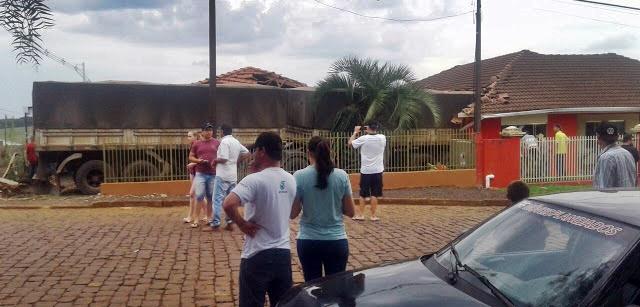 Manoel Ribas: Família é surpreendida por caminhão invadindo residência