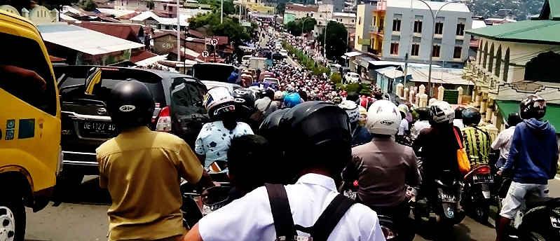 Dinas Perhubungan (Dishub) Ambon dan Direktorat Lalu Lintas (Ditlantas) Polda Maluku membuat rekayasa lalu lintas, untuk mengurai kemacetan di sejumlah ruas jalan di kota Ambon.