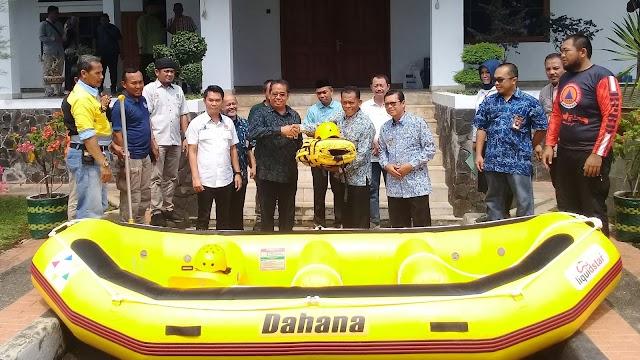 Bupati Subang Terima Perahu Karét CSR PT. Dahana