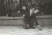 """Чарли Чаплин изображает слепую цветочницу в """"Огнях большого города"""""""