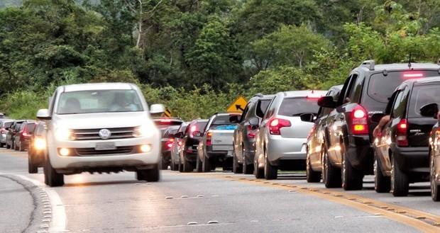 ESTRADAS: Farol baixo durante o dia passa a ser obrigatório em rodovias brasileiras