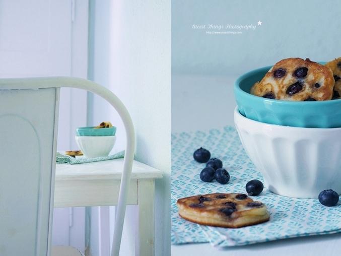 Tolix Stuhl weiß und Blaubeer Pancakes