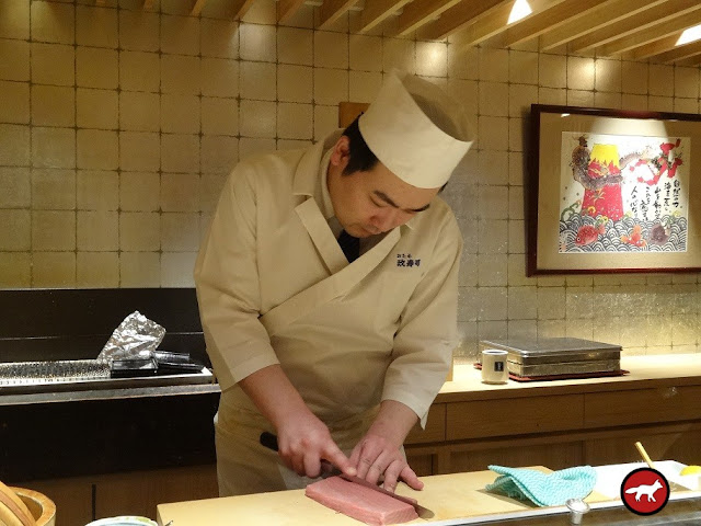 Maître sushi qui fait des sashimi à Hokkaido
