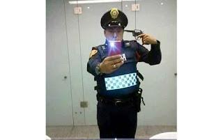 Preocupante estado psicológico de elementos policiacos cuya selfie se apunta con pistola.