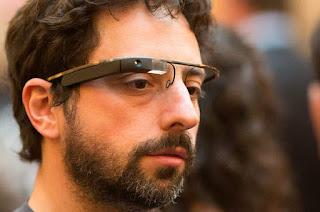 Sergey Brin memakai Project Glass