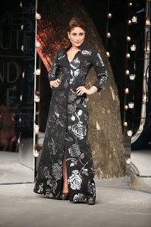 Kareena Kapoor sizzles  ramp walk at LFW 2014