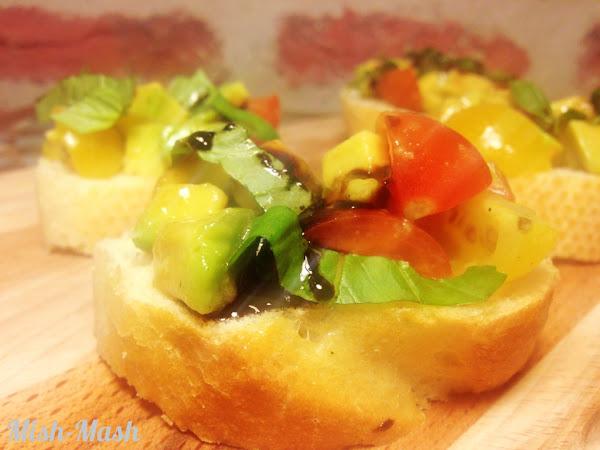 Тапас с авокадо, чери домати и балсамова редукция