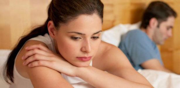 Mujer pensando como actuar después de una infidelidad