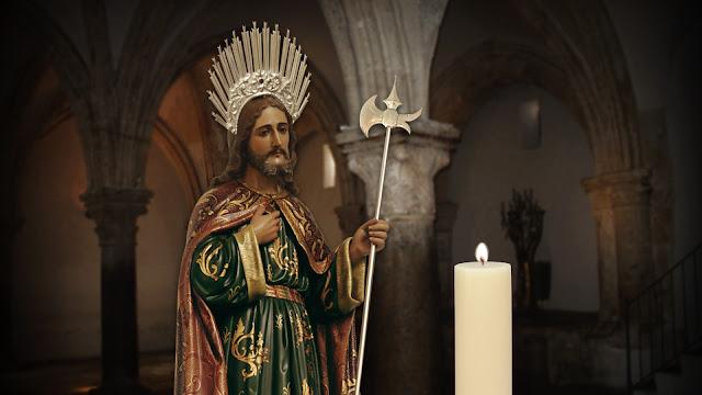 Imagem de São Judas Tadeu na Igreja, com uma vela acesa em sua homenagem