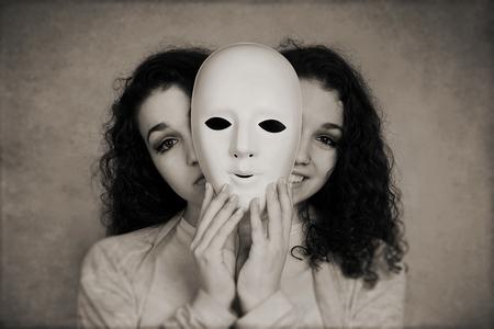 Ciri-Ciri Orang yang tidak Suka Sama Kita Diam-Diam