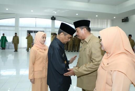 Bupati Asahan Taufan Gama Simatupang saat melantik Taufik ZA sebagai Sekda defenitif, Rabu (16/5).