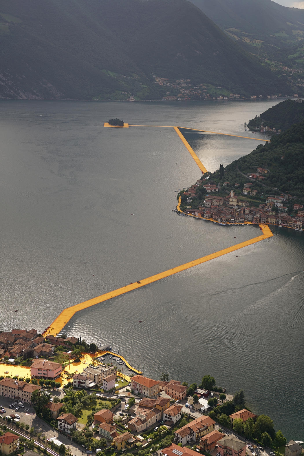 21-Christo-and-Jeanne-Claude-The-Floating-Piers-Walkways-on-Lake-Iseo-Italy-www-designstack-co