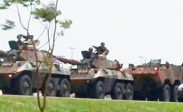 Rotas de fronteira entre Paraguai e Brasil são assumidas por tanques e caminhões militares. Eles estão localizados na área de Ponta Porã, Campo Grande
