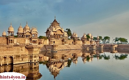 Mathura hindoo bhagavaan, krshna ka janmasthaan aur hindoo dharm ke saat pavitr shaharon mein se ek hai. shahar sadiyon se deting mandiron se bhara hai. vishesh roop se shreekrshn janma bhoomi, dvaarakaadhish mandir aur geeta mandir hain.