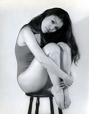 http://pics.wikifeet.com/France-Nuyen-Feet-2356954.jpg
