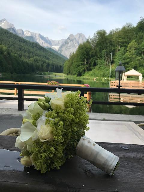 Brautstrauß, Trachtenhochzeit in Himmelblau und Weiss, heiraten auf der Zugspitze, feiern im Riessersee Hochzeitshotel in Garmisch-Partenkirchen, Hochzeitsplanerin Uschi Glas