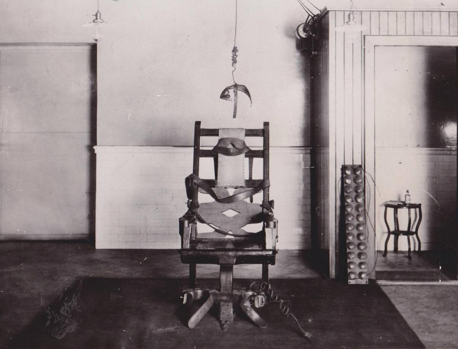 Despite the inherent drama Houdini never performed an electric chair challenge escape as far as I know. His only encounter with an electric chair came in ... & WILD ABOUT HARRY: Houdini and his electric chair
