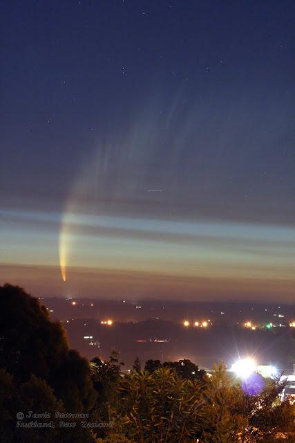Sao chổi McNaught tỏa sáng trên bầu trời Auckland, New Zealand. Hình ảnh: Jamie Newman.