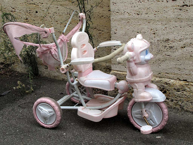 Abandoned pink tricycle, via dei Lanzi, Livorno