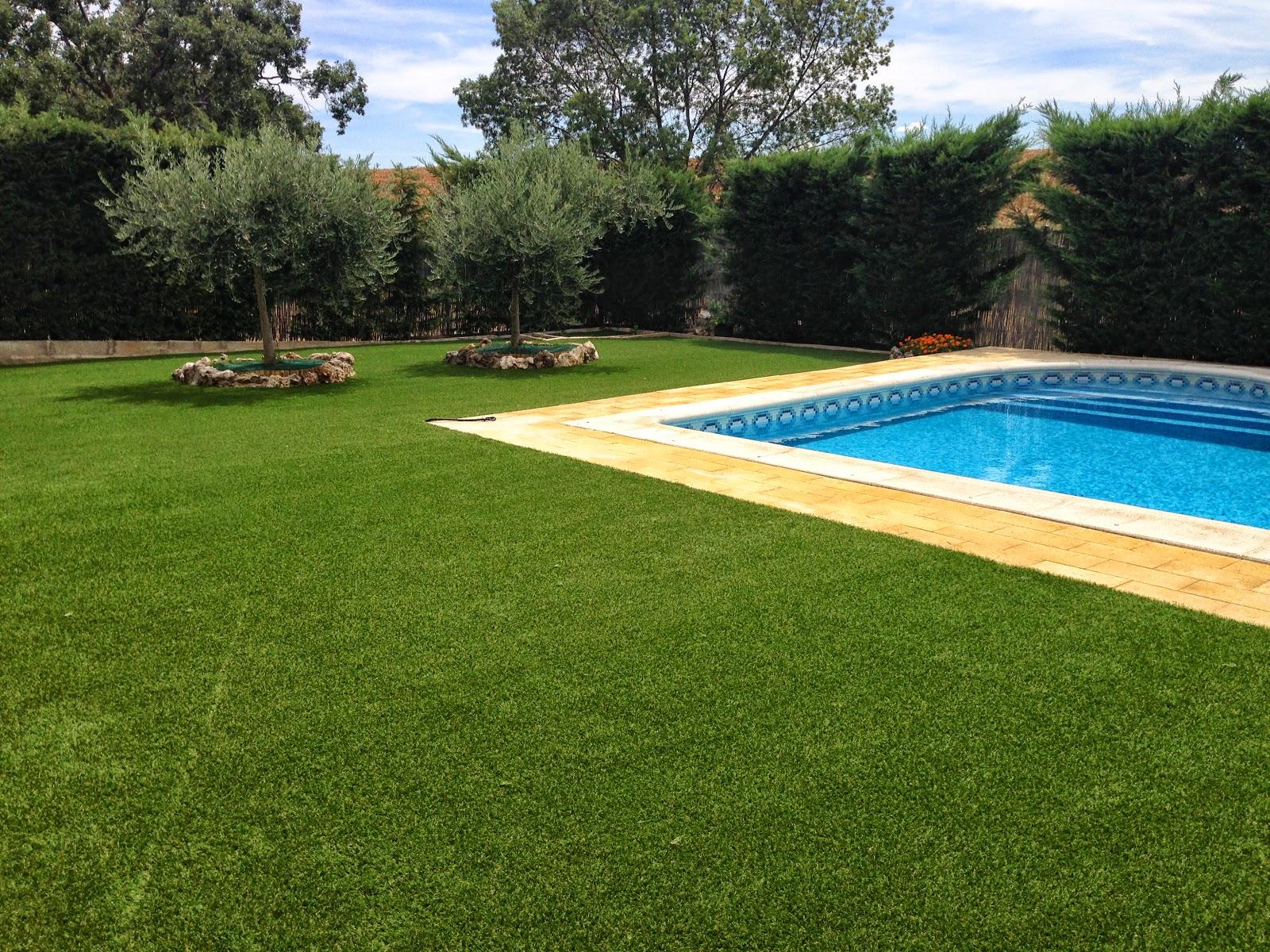 hierba artificial alrededor de piscina