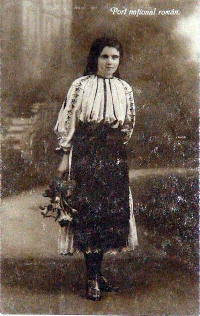 femeie in costum popular din Transilvania buchet de crini