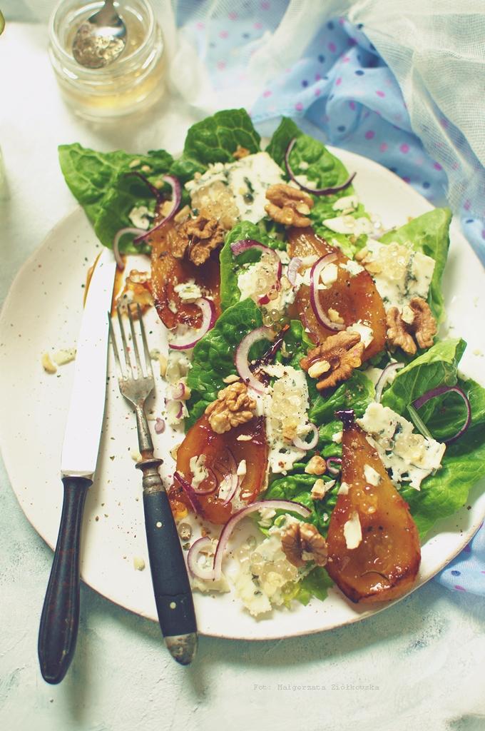 Sałatka z karmelizowaną gruszką, gorgonzolą , orzechami włoskimi i perłami balsamicznymi