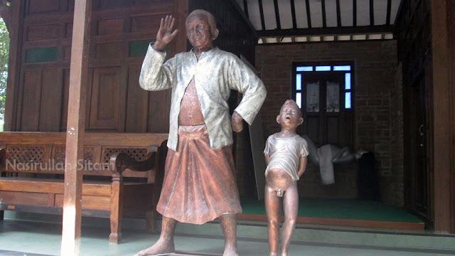 Joglo dan Patung penghuninya