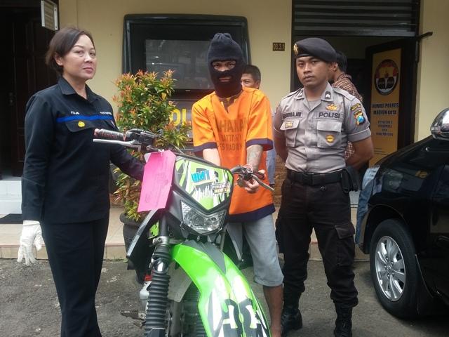 Mickyanto, 28, warga Desa Muneng, Kecamatan Balong, Ponorogo, dan sepeda motor KLX 150C yang digelapkannya di Mapolresta Madiun