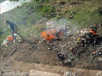 Les employés municipaux brûlent les déchets derrière le temple